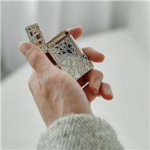 This lighter reflects S.T. Dupont's unique expertise, through the meticulous work of goldsmith and heritage through the Parisian map engraved. More that a lighter this object is a vibrant testimony of expertise and legacy :