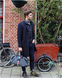 Classic yet stylish, @romainp__ has already adopted it: our new iconic felt bag is a must-have for you gentlemen :